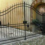Cancello in ferro battuto, montato in centro storico (1)