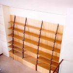 Libreria con struttura in ferro e mensole in legno
