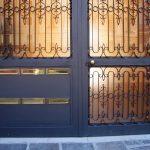 Portone d'ingresso di un palazzo residenziale (2)
